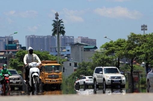 Đường phố ở Hà Nội được tưới nước hạ nhiệt ngày nắng nóng