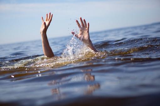 Hai chị em ruột đuối nước thương tâm tại bể bơi nhà hàng xóm