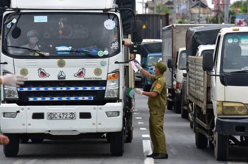 Phó Thủ tướng: Không kiểm tra xe chở hàng thiết yếu, lương thực phục vụ vùng dịch