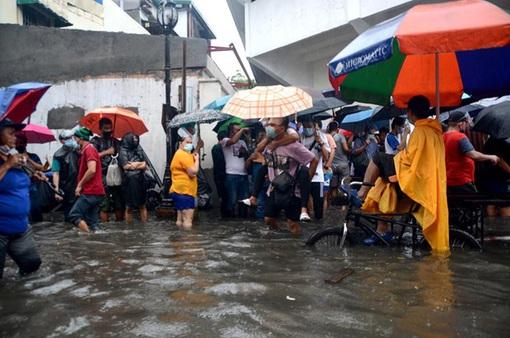 """Gió mùa, bão nhiệt đới """"nhấn chìm"""" thủ đô của Philippines"""