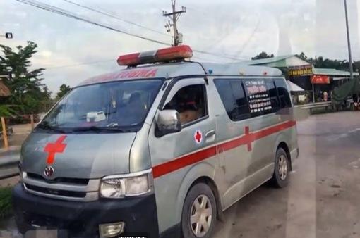 Dùng xe cứu thương chở người né chốt kiểm dịch