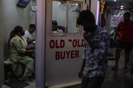 Khánh kiệt vì COVID-19, bán vàng để trả nợ