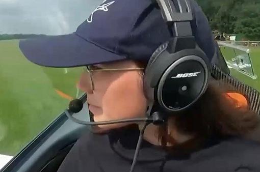 Nữ phi công 19 tuổi bay một mình vòng quanh thế giới