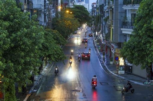 Ngày thứ 5 thực hiện giãn cách xã hội, lượng phương tiện lưu thông trên nhiều tuyến đường ở Hà Nội đã giảm