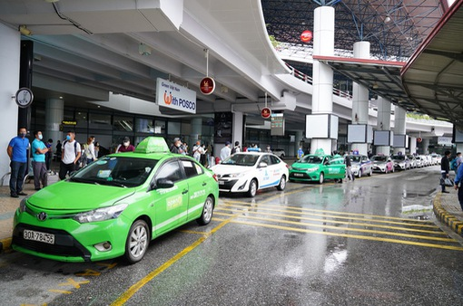 """Đề nghị bổ sung xe đưa/đón khách từ sân bay Nội Bài vào """"luồng xanh"""""""