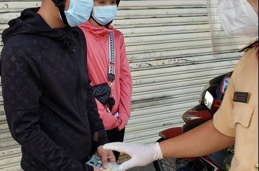 2 chị em lên đường về quê khi chỉ còn 200.000 đồng và hành động ấm lòng của CSGT