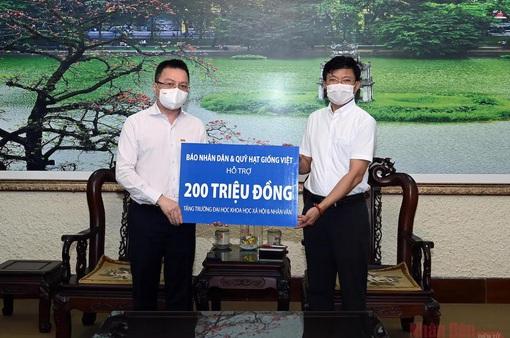 Báo Nhân Dân trao 200 triệu đồng hỗ trợ sinh viên bị ảnh hưởng dịch bệnh COVID-19