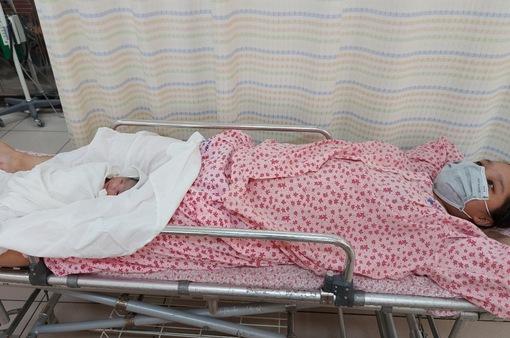 """2 chiến sĩ trực chốt kiểm dịch giúp sản phụ sinh bé """"Công An"""""""