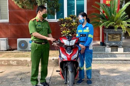 Công an quận Nam Từ Liêm tặng xe máy cho nữ công nhân môi trường bị cướp trong đêm
