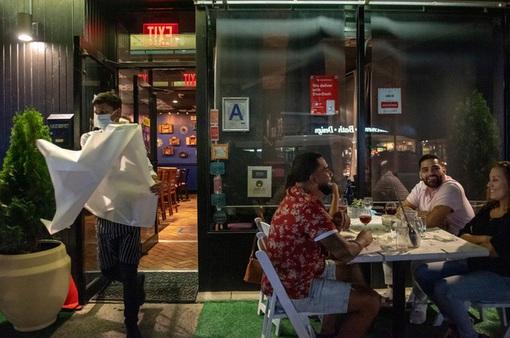 """Nhà hàng tại Mỹ """"đỏ mắt"""" tìm nhân viên"""