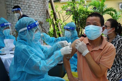 TP Hồ Chí Minh tiêm vaccine COVID-19 lưu động cho người dân trong khu phong tỏa