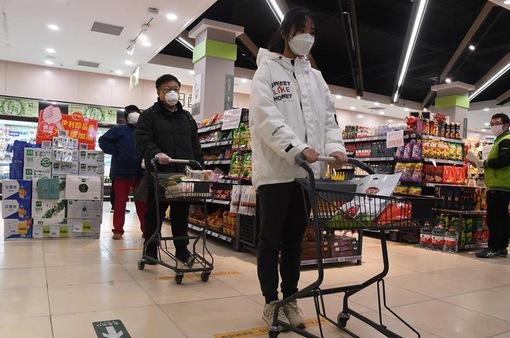 """""""Sóng"""" COVID-19 mới đe dọa tăng trưởng kinh tế Trung Quốc"""