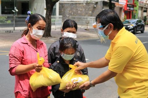 """""""Hạt vàng Bưu điện"""" tặng hàng trăm tấn gạo hỗ trợ người dân và tuyến đầu chống dịch COVID-19"""