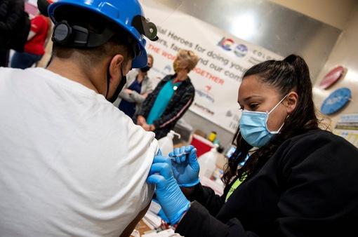 Mỹ thúc các doanh nghiệp buộc người lao động tiêm vaccine