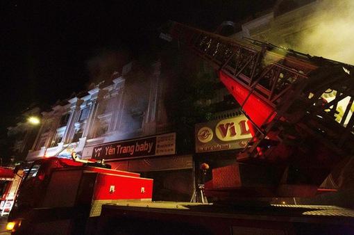 Cháy lớn tại cửa hàng quần áo ở chợ Ninh Hiệp