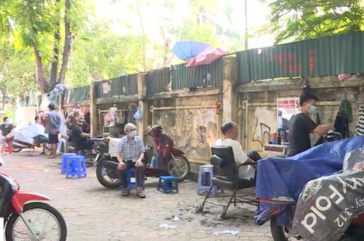 Người dân Hà Nội xếp hàng cắt tóc, nhiều hàng quán dè dặt mở cửa