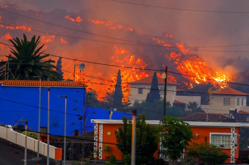 Núi lửa phun trào ở Tây Ban Nha, 5.000 người phải lánh nạn