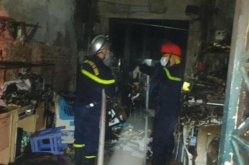 Hà Nội: Kịp thời cứu thoát 5 người mắc kẹt trong đám cháy lúc rạng sáng