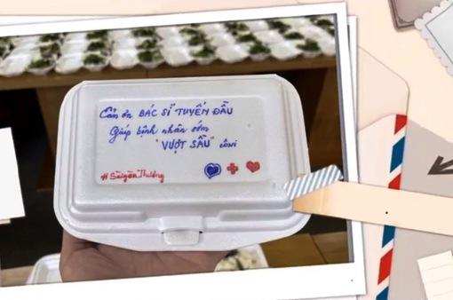 """Những hộp """"cơm chữ"""" hóm hỉnh gửi bệnh nhân và lực lượng chống dịch"""