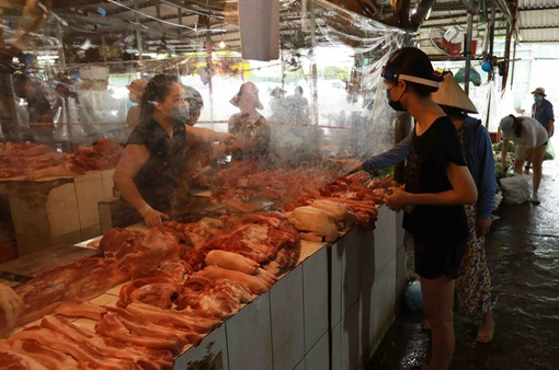 Giá lợn hơi giảm sâu, người chăn nuôi lỗ nặng