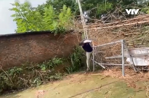 Người dân trèo rào, vượt chốt kiểm dịch