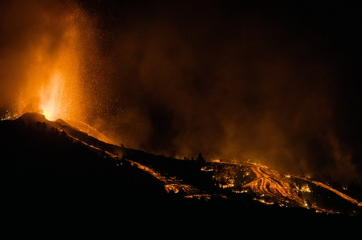 Dung nham núi lửa một lần nữa phun trào, sân bay ở quần đảo Canaria tiếp tục đóng cửa