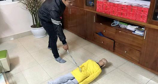Bé trai 10 tuổi bị bạo hành: Mẹ kế và bố đẻ thừa nhận đánh đập con