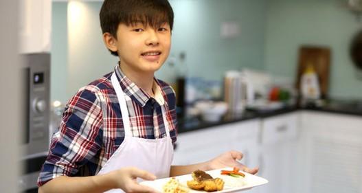 Cậu bé 14 tuổi trở thành siêu đầu bếp với thầy giáo Internet