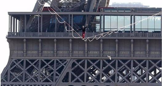 """""""Thót tim"""" với màn đu dây qua tháp Eiffel"""