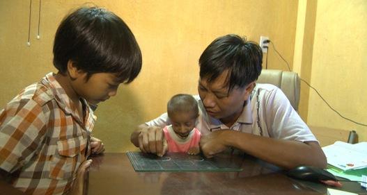 Xúc động câu chuyện thầy giáo đưa cậu bé tí hon 3,9kg đến trường