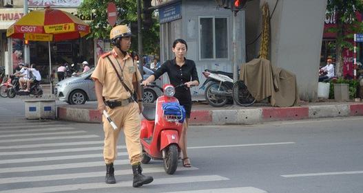 Hà Nội: Vẫn nhiều người đội mũ bảo hiểm kiểu đối phó