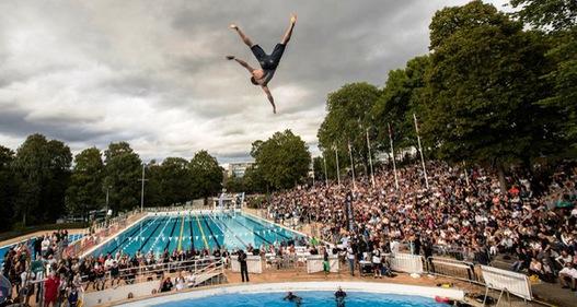 Giải vô địch nhảy cầu tiếp nước bằng... bụng