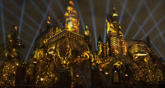 Lâu đài Hogwarts bừng sáng nhân kỷ niệm 20 năm phát hành Harry Potter
