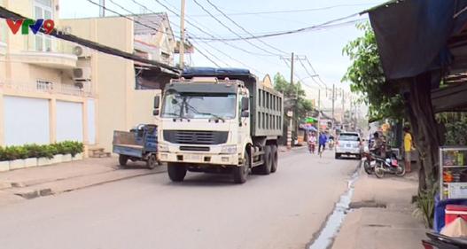 TP.HCM: Xe tải nặng ngang nhiên lưu thông ngày đêm trên đường cấm
