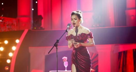 Phương Trinh Jolie diện váy xẻ cao đầy quyến rũ hát Tình đời