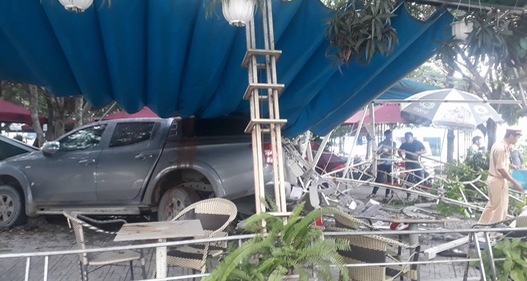 Bình Dương: Ô tô lao vào quán cà phê, nhiều người thoát chết