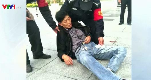 """Mải """"dán mắt"""" vào điện thoại, người đàn ông ngã đập mặt xuống đất"""