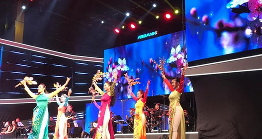 Nhiều ca sĩ nổi tiếng hòa giọng trong đại nhạc hội Tết An Bình 2018 - Sải cánh yêu thương