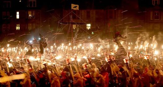 Kỳ thú lễ hội lửa truyền thống tại Scotland