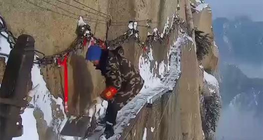 Thót tim công nhân dọn tuyết ở độ cao 2.000m trên núi ở Trung Quốc