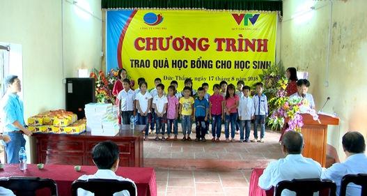Trao học bổng cho học sinh nghèo tỉnh Hưng Yên trước thềm năm học mới