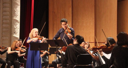 Nữ nghệ sĩ violin Stephanie Chase biểu diễn tại Việt Nam