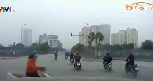 Va chạm giao thông do vừa đi xe máy vừa nghe điện thoại
