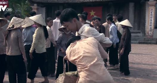 Tập 22 phim Thương nhớ ở ai: Thanh niên làng Đông đi bộ đội, phụ nữ làng Đông khóc ròng