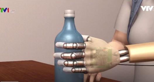 Nữ bệnh nhân đầu tiên trải nghiệm bàn tay sinh học