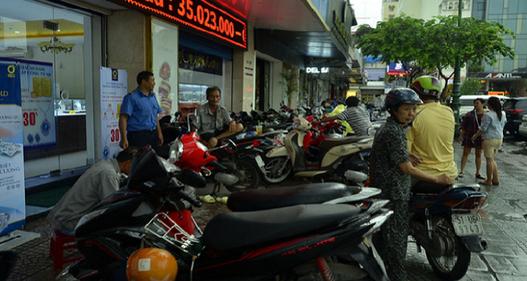TP.HCM: Các bãi xe đồng loạt chấp hành yêu cầu chấm dứt giữ xe trên vỉa hè