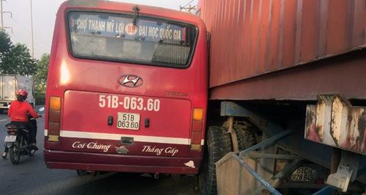 Sau va chạm, xe bus truy đuổi xe container trên QL1