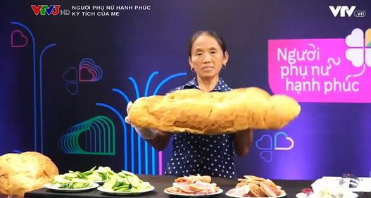 Bà Tân Vlog trổ tài làm bánh mì siêu cay khổng lồ trên sóng truyền hình