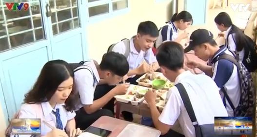 Ấm lòng bữa cơm trưa tiếp sức mùa thi
