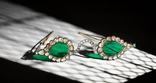 """Cặp kính """"trừ tà"""" từ thế kỷ 17 được đấu giá lên tới 13.5 triệu USD"""
